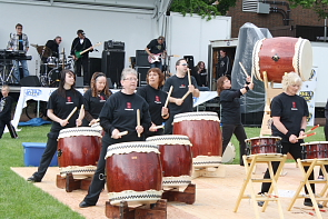 The Hibiyaki drummers play while Who's Yer Daddy tunes up. Photo by Richard Amery
