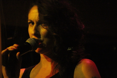 Andi Roberts singing with the Andi Roberts band. Photo by Richard Amery