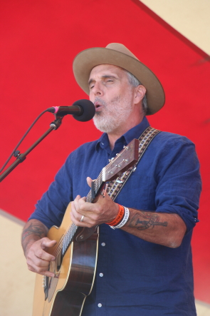 John Wort Hannam playing South Country Fair. He is also at Bigwood 10. Photo by Richard Amery