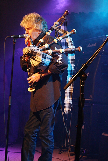 "Nazareth lead singer Dan McCafferty brought out the bagpipes for ""Hair of the Dog."" Photo by Richard Amery"