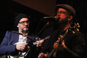 Old Man Luedecke and Joel Hunt play for a good crowd at the Slice, March 8. Photo by Richard Amery